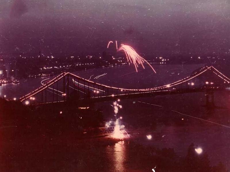 Салют над Пешеходным мостом, 1960-е годы