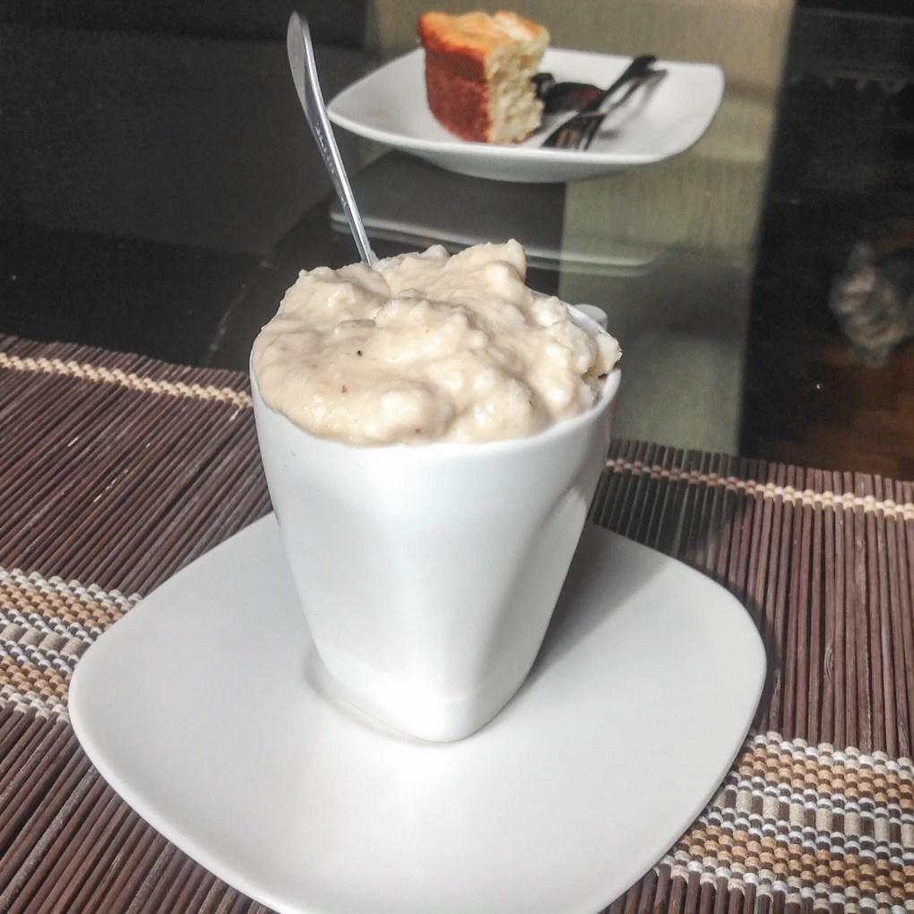 Canjica com leite de coco e mel.