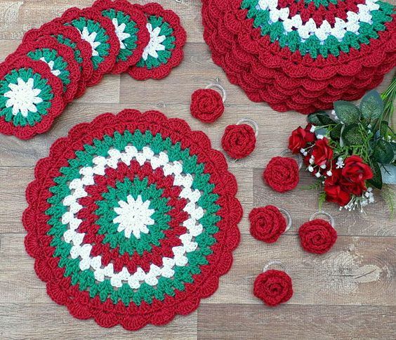 sousplat de crochê natalino em verde, vermelho e branco, redondo.