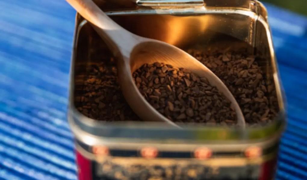 Café solúvel. A imagem contém um pote com café solúvel.