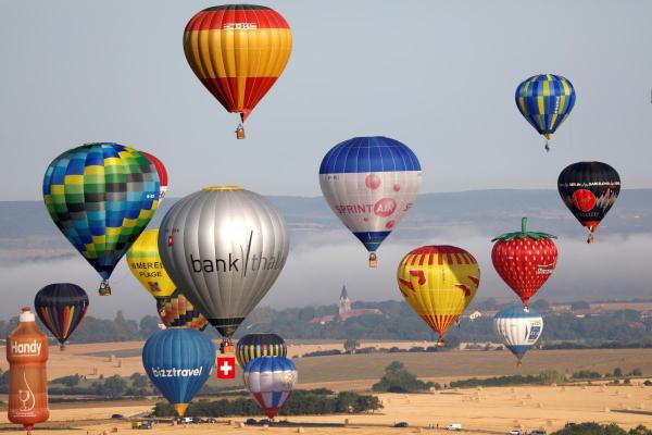 Во Франции в небо поднялись сотни воздушных шаров. ФОТО