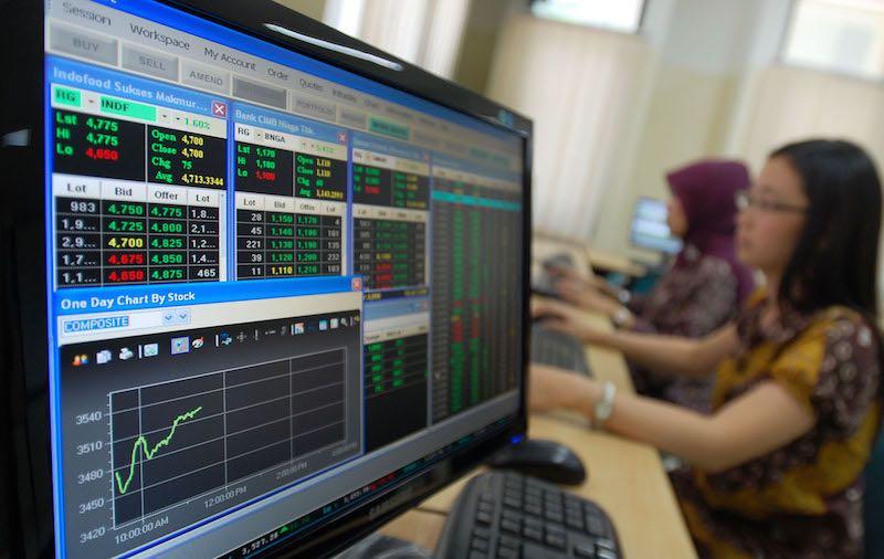 BISNIS/ARMIN ABDUL JABBAR Dua orang pialang mengamati pergerakan harga saham di Pojok Bursa STIMIK Likmi Jl Ir. Djuanda (Dago) Bandung, Jawa Barat, Kamis (20/10). Indeks harga saham gabungan Kamis (20/10) ditutup melemah 1,7% atau 63,52 poin ke level 3.622 terseret bursa regional dan global yang mengalami koreksi.