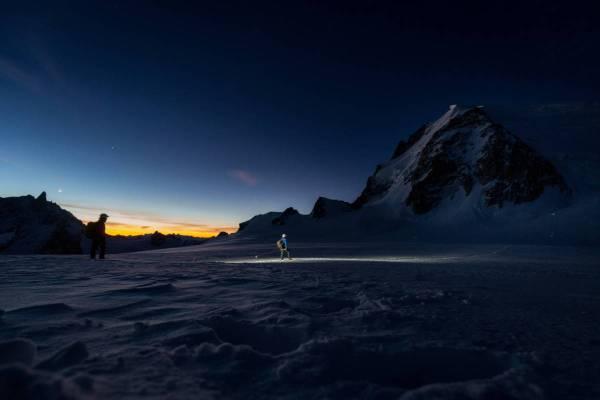 De Nuit, Une Cordée D'alpinistes Se Dirige Vers Le Mont Blanc Du Tacul, Chamonix