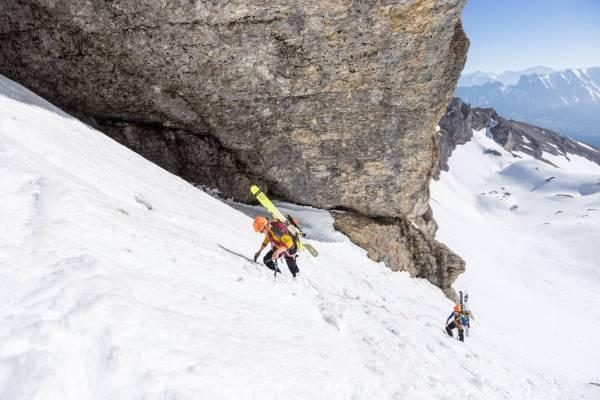 Deux skieurs encordés s'appretent à entrer dans la grotte du Chourum Olympique