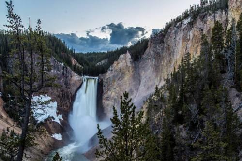 La Lower Falls Du Parc National Du Yosemite À L'aube En Pose Longue