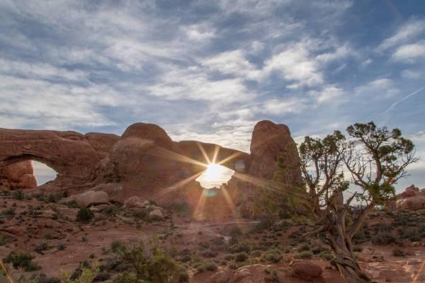Lever De Soleil À Travers North Window Dans Arches National Park, Utah