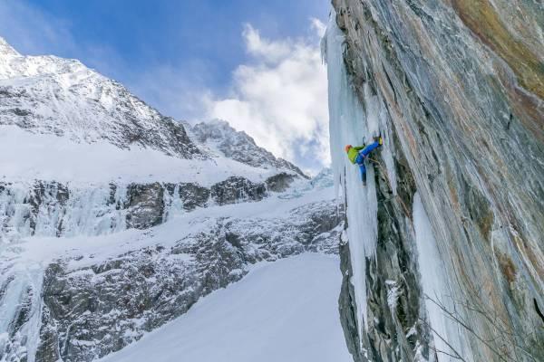 Un Alpiniste Escalade La Voie Mixte Tequila Stuntman En Rive Gauche Du Glacier D'Argentière