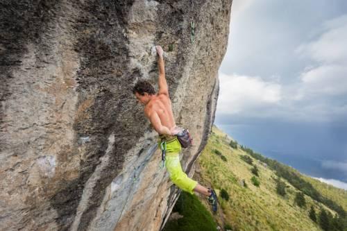 Un Grimpeur En Gros Plan Suspendu À Une Main Escalade Une Voie Majeure De La Falaise De Ceuse, Hautes Alpes