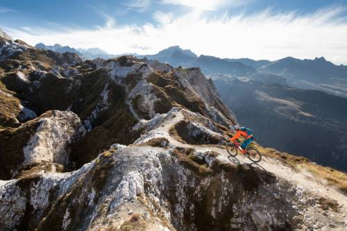 Un Rider File Sur Un Étroit Chemin Entre Les Dolines De La Crete Du Mont Charvet En Vanoise
