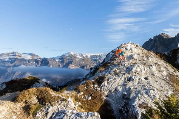 Un rider roule une portion descendante de la crete du Mont Charvais en Vanoise