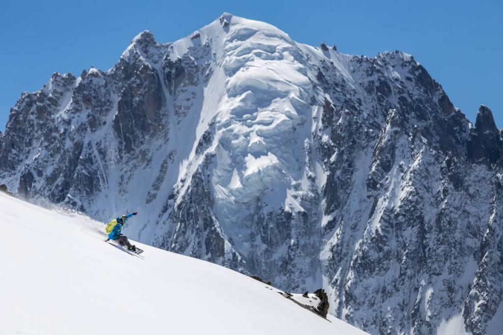 Un Snowboarder En Backside À Pleine Vitesse Sur Fond De Chardonnet Sur Le Glacier Du Tour, Chamonix