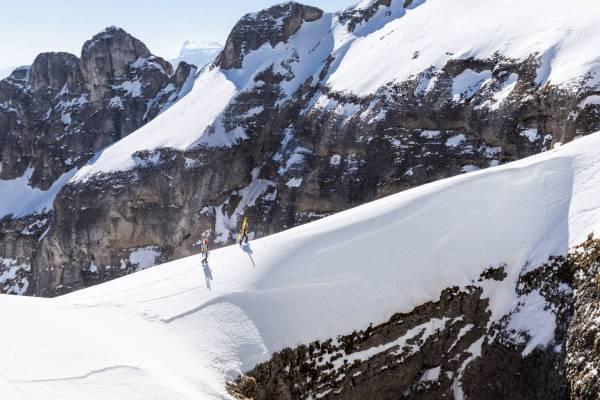 Une cordée d'alpinistes comme suspendue sur une fine arête au dessus du Chourum Olympique sous le Grand Ferrand