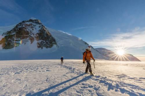 Une Cordée D'alpinistes Revient Au Soleil Couchant Du Mont Blanc Du Tacul