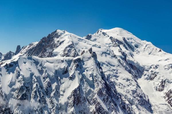 Vue Aérienne De L'Aiguille Du Midi Et Des Trois Monts Au Dessus De Chamonix