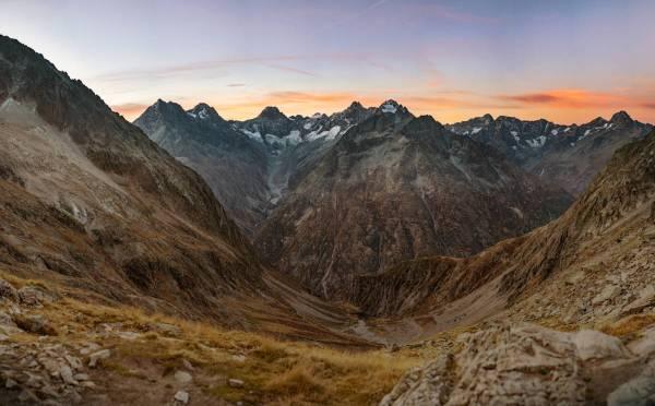 Vue panoramique d'un lever de soleil sur les Écrins