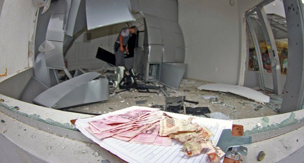 Camaçari: Grupo explode dois caixas eletrônicos do Banco Santander