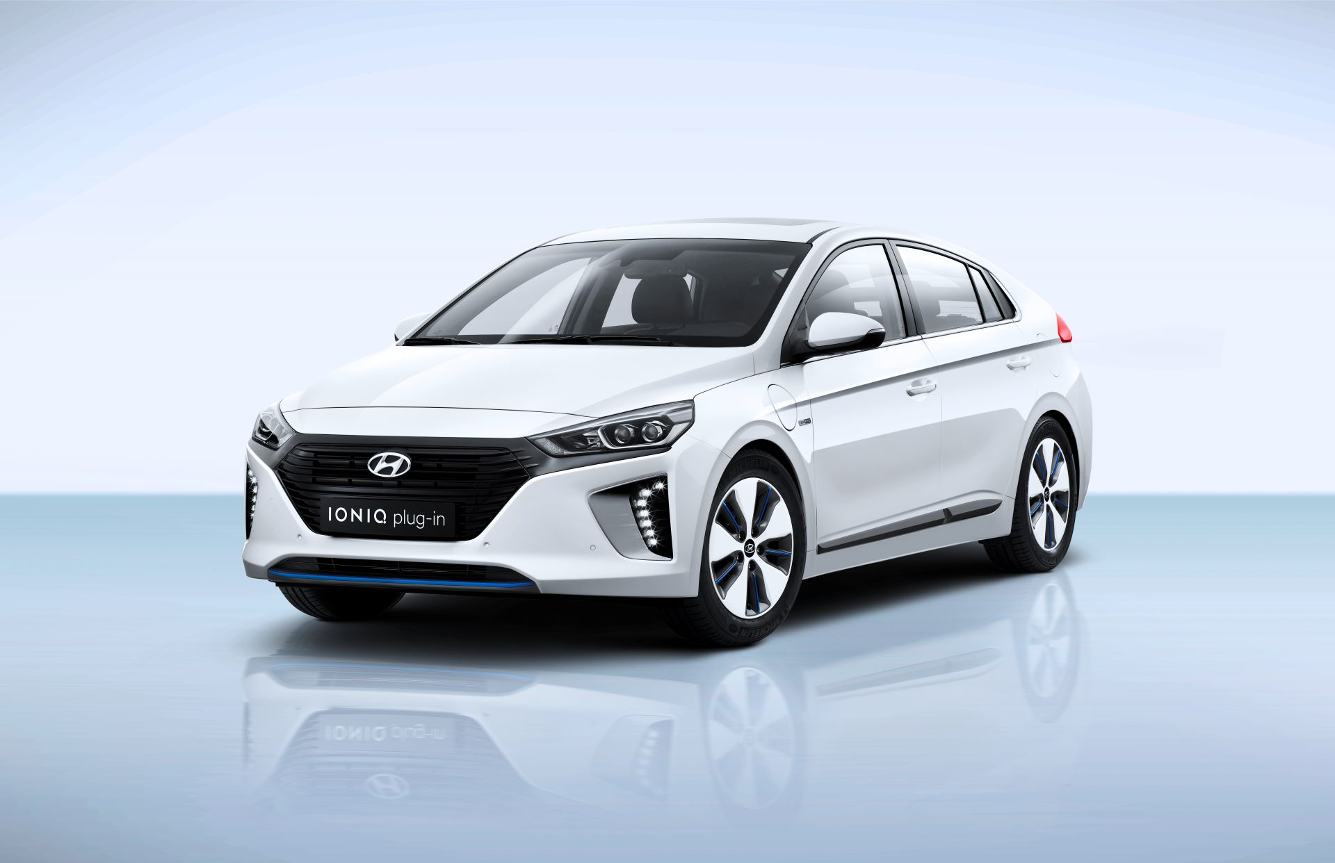der neue hyundai ioniq plug in hybrid die steckerl sung. Black Bedroom Furniture Sets. Home Design Ideas