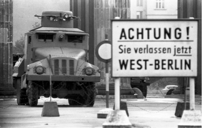 Bundesarchiv_Bild_173-1282,_Berlin,_Brandenburger_Tor,_Wasserwerfer.jpg 779×495 pikseli