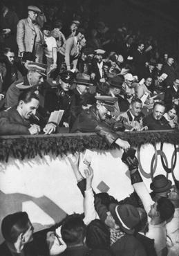 Adolf Hitler ve Joseph Goebbels Kış Olimpiyat Olimpiyatları'ndaki Kanadalı kayak takımı üyeleri için imza atıyorlar. Şubat 1936, Garmisch-Partenkirchen, Almanya.