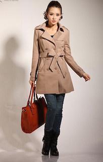 9キャメルトレンチコート×デニム×エンジ色のバッグ