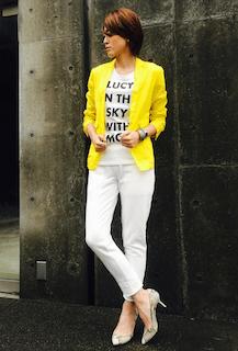 8黄色のテーラードジャケット×白デニム×白Tシャツ