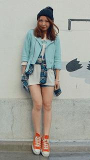 10青のレザージャケット×ロングTシャツ×ショートパンツ