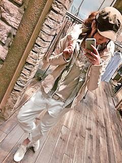 2白のレザージャケット×白デニム×キャップ