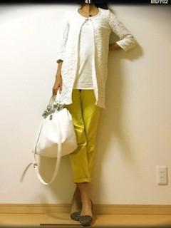 2黄色パンツ×白Tシャツ×白コットンジャケット