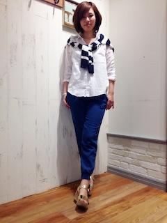 1白のシャツ×青パンツ×カーディガン