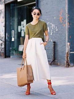 1白ガウチョパンツ×モスグリーンTシャツ×ベージュハンドバッグ