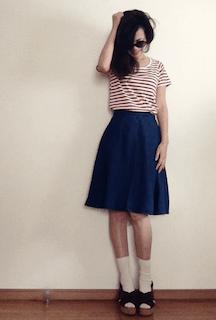 2ネイビーのフレアスカート×赤白ボーダーTシャツ×サンダル