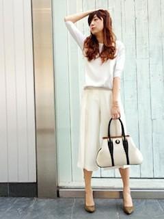 5白ガウチョパンツ×白ニット×白ハンドバッグ