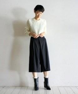 guのガウチョパンツ×白セーター×ブーツ