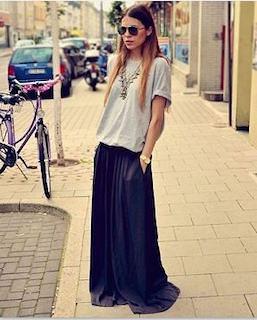 1黒ロングスカート×グレーTシャツ