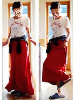 4赤マキシ丈スカート×白プリントTシャツ