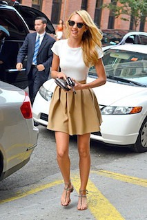 1白Tシャツ×ミニフレアースカート