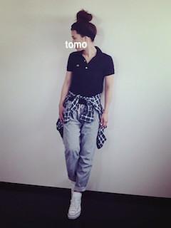 5黒のポロシャツ×グレーパンツ×チェックシャツ
