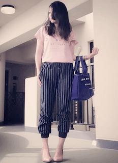 4ピンクTシャツ×ストライプパンツ