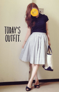 1ネイビーのポロシャツ×ストライプフレアスカート×オープントゥサンダル
