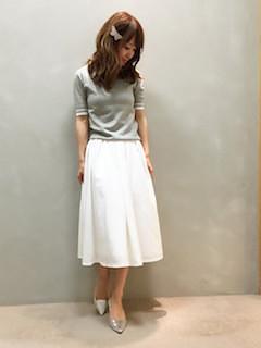 8グレーのポロシャツ×白フレアスカート×パンプス