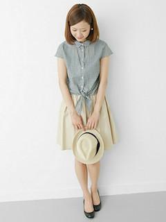 8グレーシャツ×フレアスカート