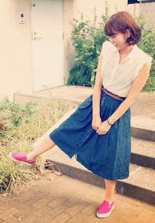1ピンクのスリッポン×ノースリーブブラウス×デニムスカート