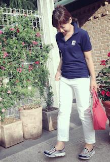 4ネイビーのポロシャツ×白デニムパンツ×スリッポン