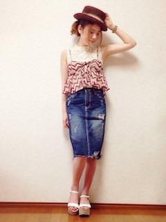 エンジのカンカン帽×デニムスカート