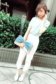 11レディースクラッチバッグ×ミントカラーTシャツ×白パンツ