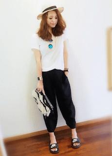 2レディースクラッチバッグ×白Tシャツ×黒サルエルパンツ