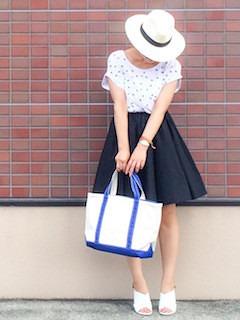 1レディーストートバッグ×小花柄Tシャツ×フレアスカート