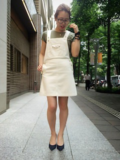 10スカートのサロペット×モスグリーンTシャツ×黒ヒール