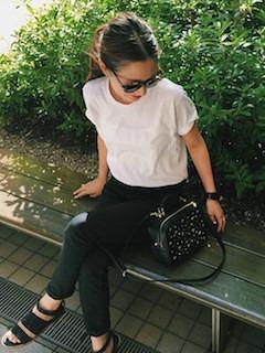 1レディースショルダーバッグ×白Tシャツ×黒デニムパンツ