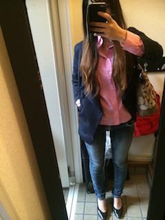 10ネイビーのテーラードジャケット×ピンクシャツ×ジーンズ